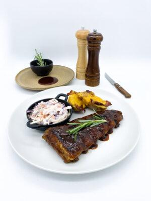 BBQ sertésborda (Sous vide), tri-color slaw salátával, héjában sült cheddar sajtos bacon-ös burgonya