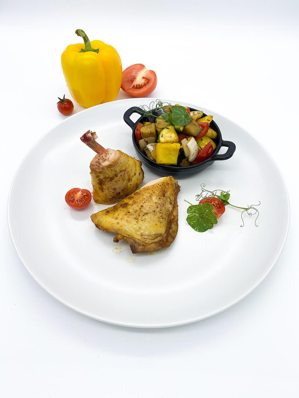 Fűszeres pirított sous vide csirkecomb, mediterrán fűszerezésű grillzöldségekkel