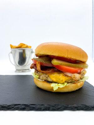 Burger chilis-korianderes csirkemellből készült húspogácsával