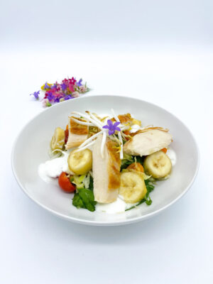 Joghurtos saláta szabadon nevelt csirke húsával, mézes banánnal és mungóbab csírával