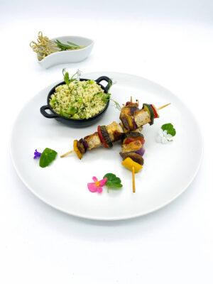 Mentás-joghurtos csirkemell saslik, friss zöldségekkel és zöldfűszeres kuszkusszal