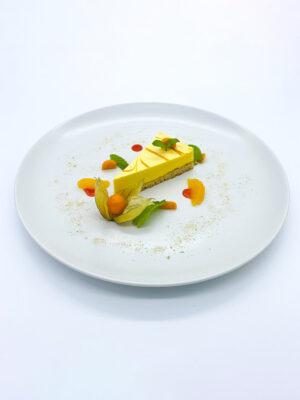 Paleo passion fruit torta, maracuja mousse-al és physalis-szal